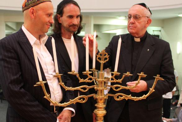 H.M.Bergoljo aizdedzina svecītes sinagogā