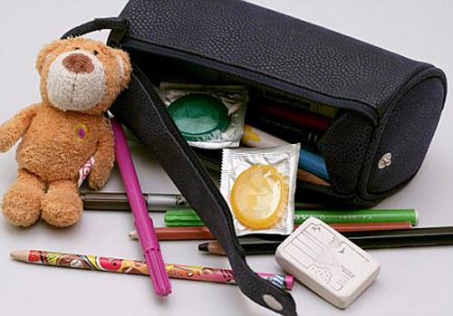 Tādam, pēc daudzu Eiropas politiķu domām, vajadzētu izskatīties skolēna piederumu komplektam - rotaļu lācītis, rakstāmlietas un… prezervatīvi!