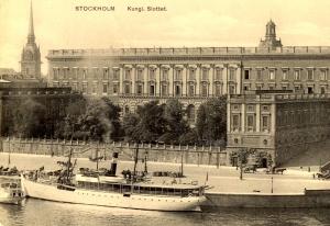 """Tvaikonis """"Runeberg"""" Stokholmā, noenkurots pie karaļa pils."""