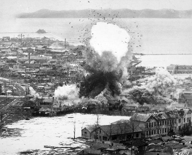 00447_800px-Korean_War_bombing_Wonsan
