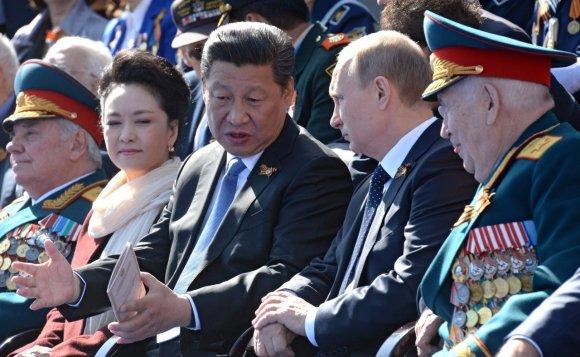 Ķīnas ģenerālsekretārs Sji Dzjiņpins un Krievijas prezidents Vladimirs Putins 9.maija militārās parādes laikā
