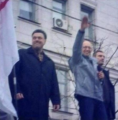 """Ukrainas premjerministrs Arsēnija Jaceņuka (pēc tautības ebreja) nacistiskais sveiciens. Blakām ukraiņu nacistu partijas """"Brīvība"""" (agrākais nosaukums """"Ukraiņu sociāl-nacionālā partija"""") vadītājs Oļegs Tjagņiboks"""