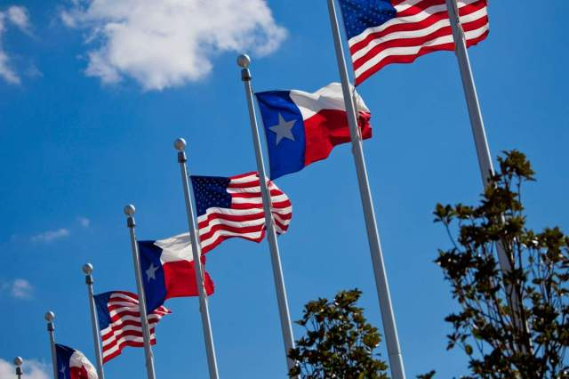 00517_US-and-Texas-Flags