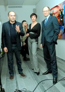 Viktors Piņčuks un Arsēnijs Jaceņuks ar sievu
