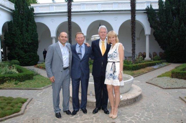 Lieloligarhs Viktors Pinčuks, bijušais Ukrainas prezidents Leonīds Kučma, bijušais ASV prezidents Bils Klintons, Jeļena Pinčuka (meitas uzvārdā Kučma) Jaltā (Krimā)
