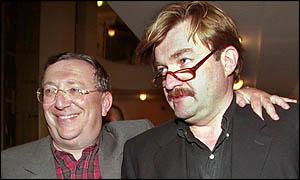Bijušais Krievijas mēdiju magnāts Vladimirs Gusinskis ar visuzticamāko savu pakalpiņu Jevgēniju Kiseļovu 2000.gadā Maskavā