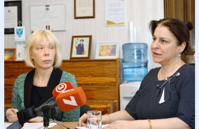 Dace Rezeberga (Rīgas Dzemdību nama galvenā ārste) un Kristīne Krūma (Juridisko zinātņu doktore)