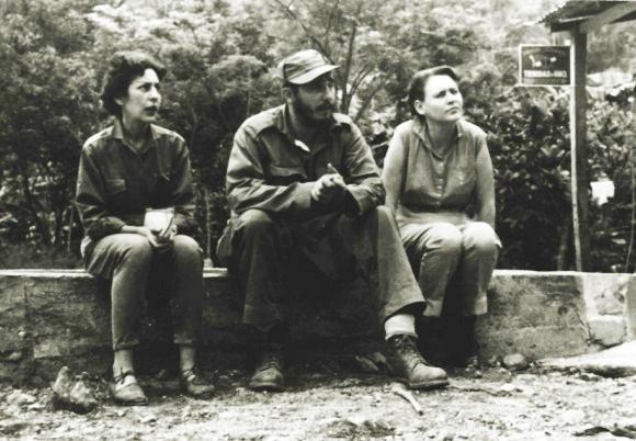 Fidels Kastro un Selija Sančesa (pirmā no kreisās puses)