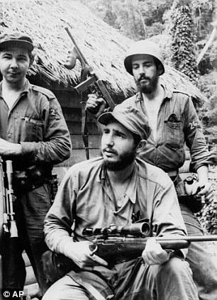 Fidels Kastro partizānu kara laikā 1957.gadā. Pirmais no kreisās - Rauls Kastro.