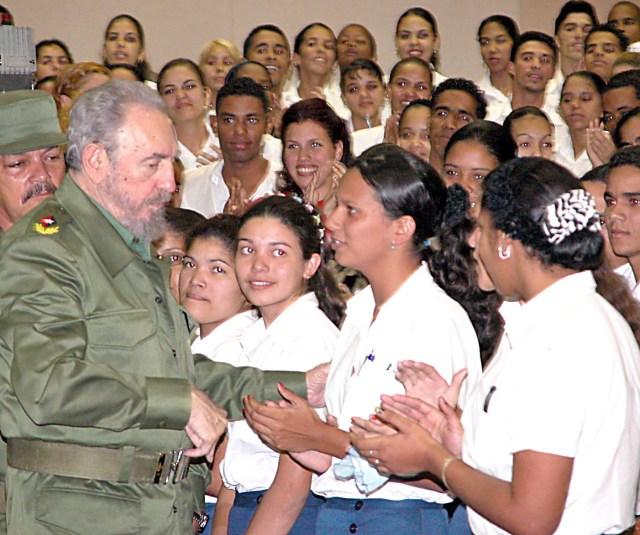 Fidels Kastro tiekas ar labākajiem jaunajiem skolotājiem, 2001.gads
